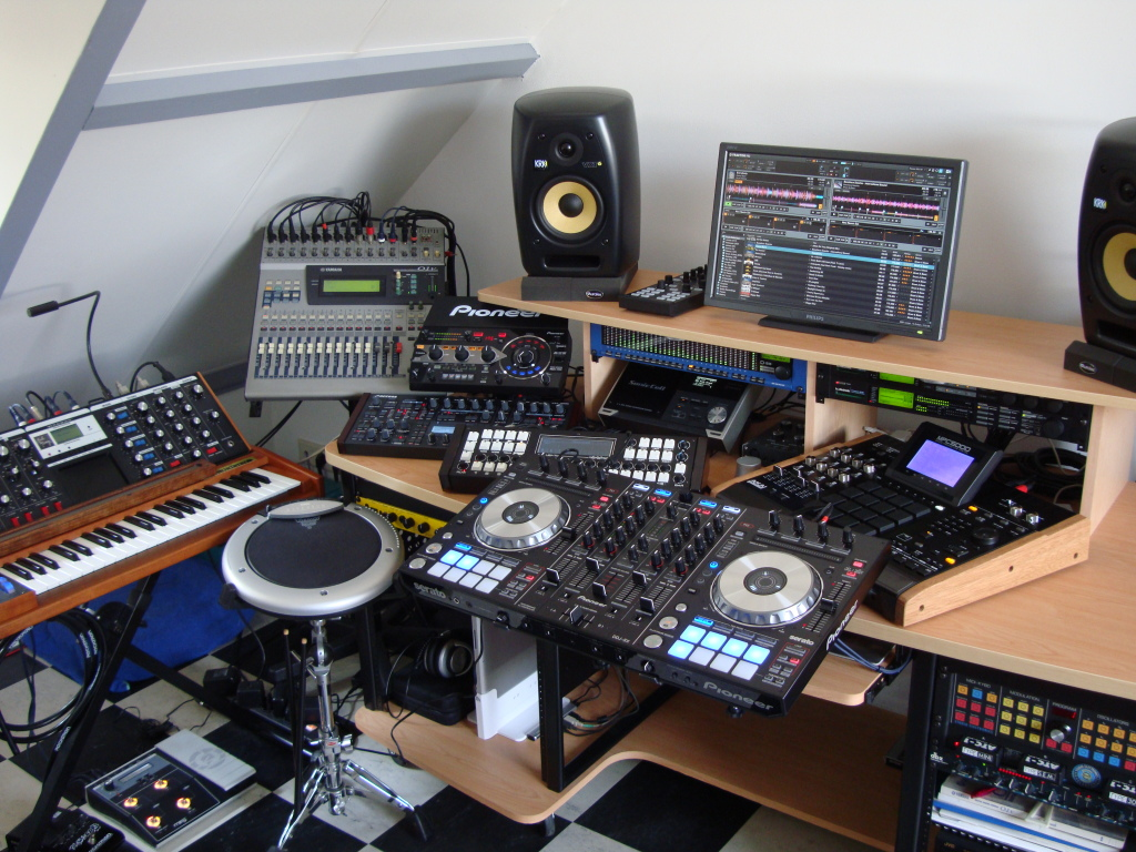 Full Out DJ Studio - DJ Setup at FunDJStuff.com
