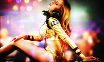 Babe DJ Pose